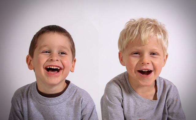 ragazzini sorridenti